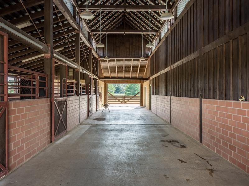 horse barn land in texas