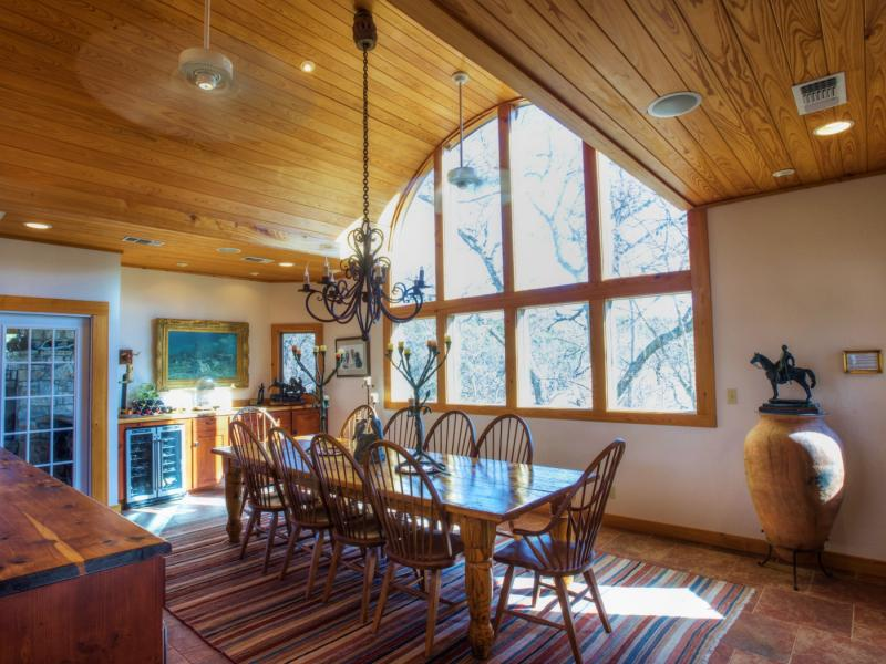 Eagle Ridge Dinning room with large window